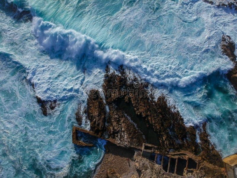 Vue aérienne des vagues se brisant contre le littoral images libres de droits