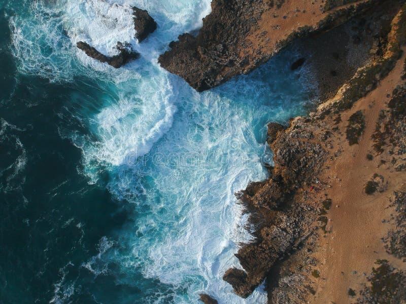Vue aérienne des vagues se brisant contre le littoral photos stock