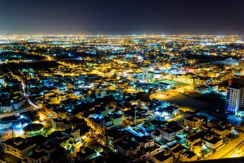 Vue aérienne du Bahrain la nuit image stock