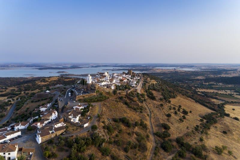 Vue aérienne du beau village historique de Monsaraz, dans l'Alentejo image libre de droits