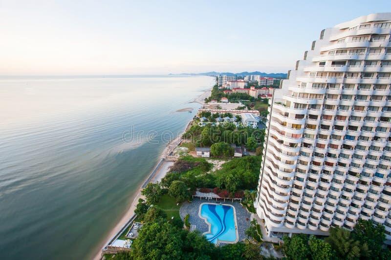 Vue aérienne du bord de mer, plage de sable et paysage urbain de ville moderne en Hua Hin, attractions touristiques supérieures e photographie stock libre de droits