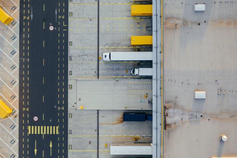 Vue aérienne du centre serveur de distribution, photographie de bourdon de la zone logistique industrielle photo libre de droits