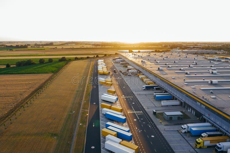 Vue aérienne du centre serveur de distribution, photographie de bourdon de la zone logistique industrielle image stock