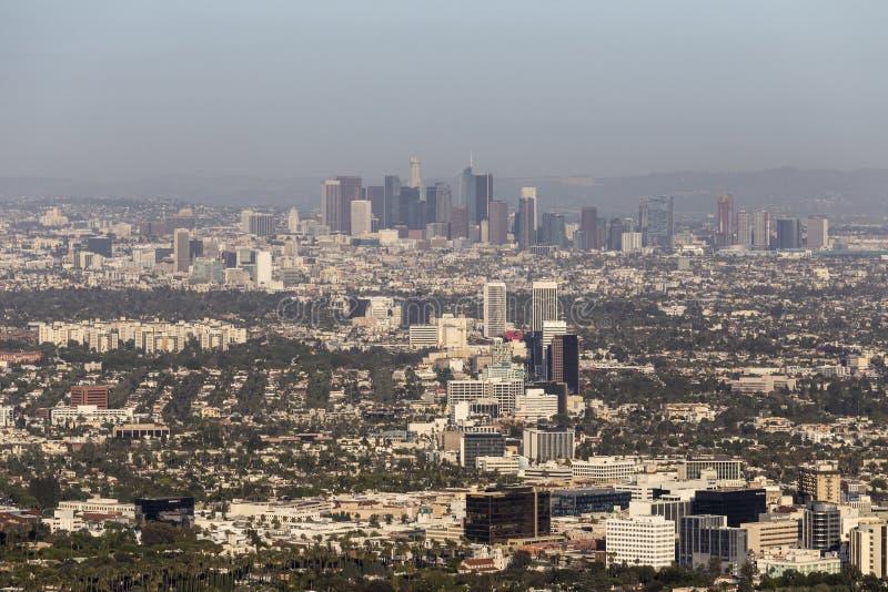 Vue aérienne du centre Smoggy de Bd. de Los Angeles et de Wilshire image stock