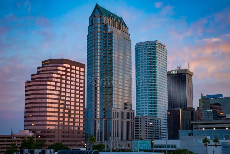 Vue aérienne du centre ville de Tampa sur le fond 4 de lever de soleil photo libre de droits
