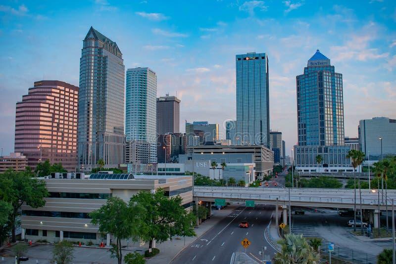 Vue aérienne du centre ville de Tampa sur le fond 1 de lever de soleil photo stock