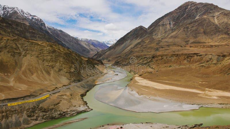 Vue aérienne du confluent d'Indus et des rivières de Zanskar photo stock