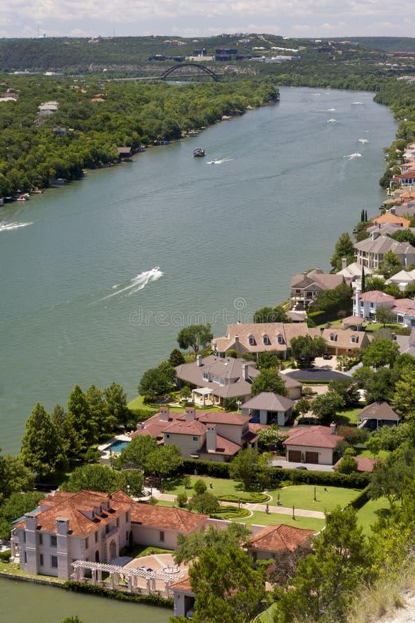 Vue aérienne du fleuve Colorado et des maisons par son rivage à Austin, le Texas images stock