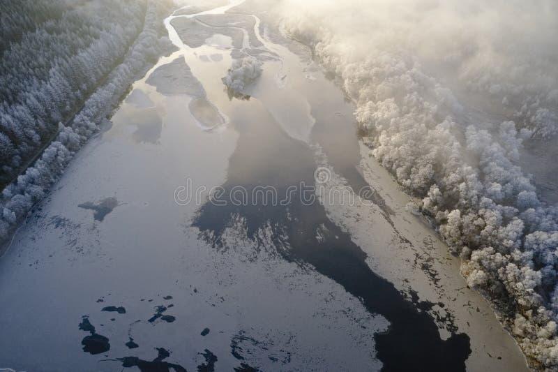 Vue aérienne du givre de Hoar et du lac gelé de l'eau de glace et des nuages de faible brouillard en hiver dans Loch Dochart Scot image stock