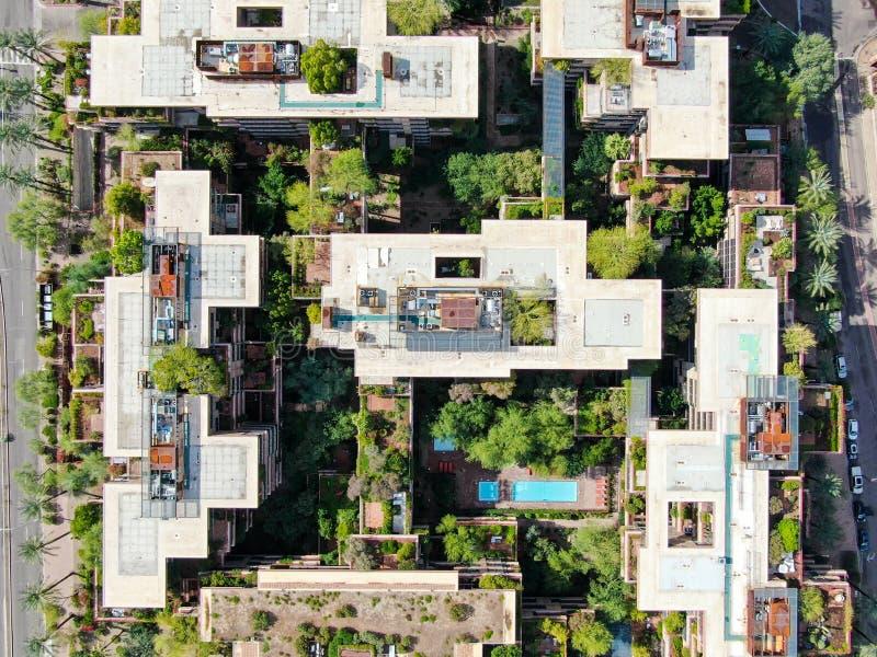 Vue aérienne du haut d'un immeuble moderne dans la ville du désert de Scottsdale en Arizona, à l'est de la capitale de l'état Pho image stock