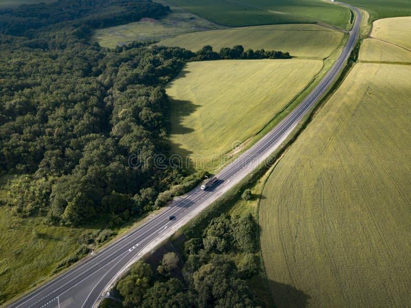 Vue aérienne du haut de la route et du camion avec le fret Semi-remorque Déménager sur la route en direction du chargement de l'e photographie stock