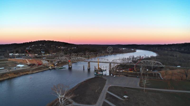 Vue aérienne du lac et du pont shoals de Taureau étant construits image libre de droits