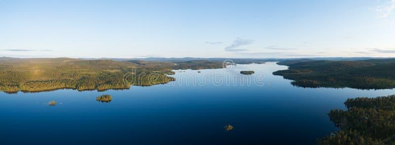 Vue aérienne du magnifique lac bleu Inari et de la forêt verte Beau panorama d'été Inarijarvi, Laponie photographie stock