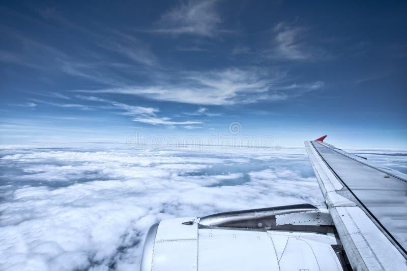 Vue aérienne du nuage blanc et du ciel bleu de la fenêtre plate images libres de droits