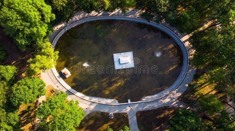 Vue aérienne du parc Strzelecki avec étang et mausolée à Tarnow, Pologne photos libres de droits