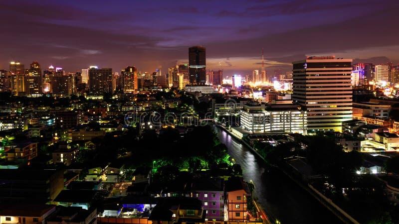 Vue aérienne du paysage urbain de Bangkok au crépuscule images libres de droits