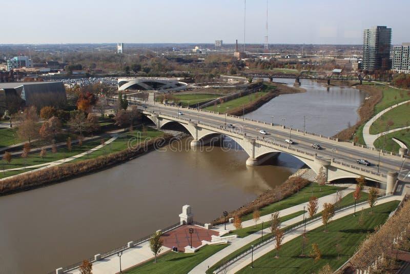 Vue aérienne du pont occidental en large rue enjambant la rivière de Scioto, Columbus, Ohio images stock