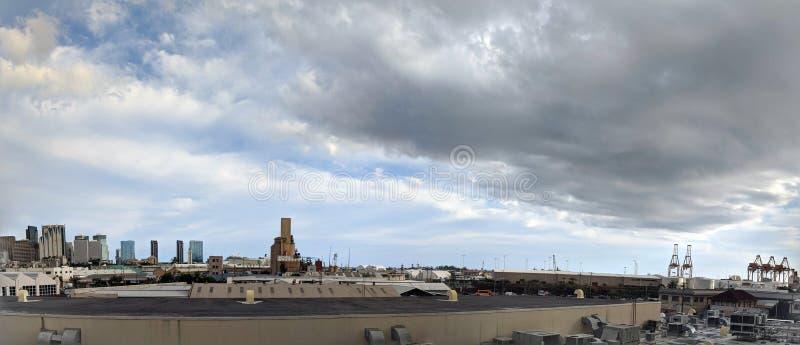 Vue aérienne du port de Honolulu et de l'horizon du centre images libres de droits