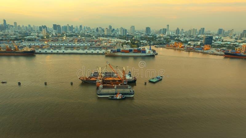 Vue aérienne du porto et du riz p de tuey de klong de chargement de navire porte-conteneurs image stock