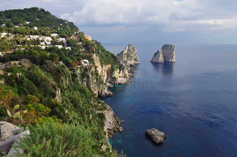 Vue aérienne du ` s Faraglioni, grandes falaises de Capri émergeant du photographie stock libre de droits