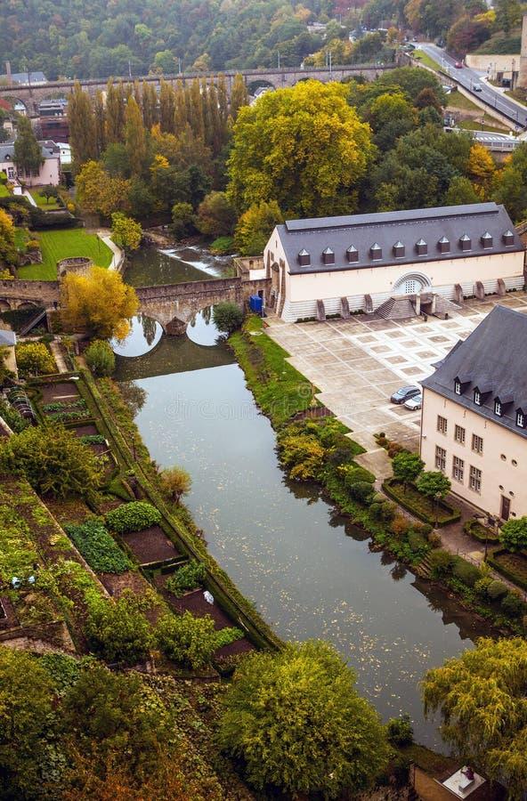 Vue aérienne du secteur de Grund de la ville du Luxembourg photos stock