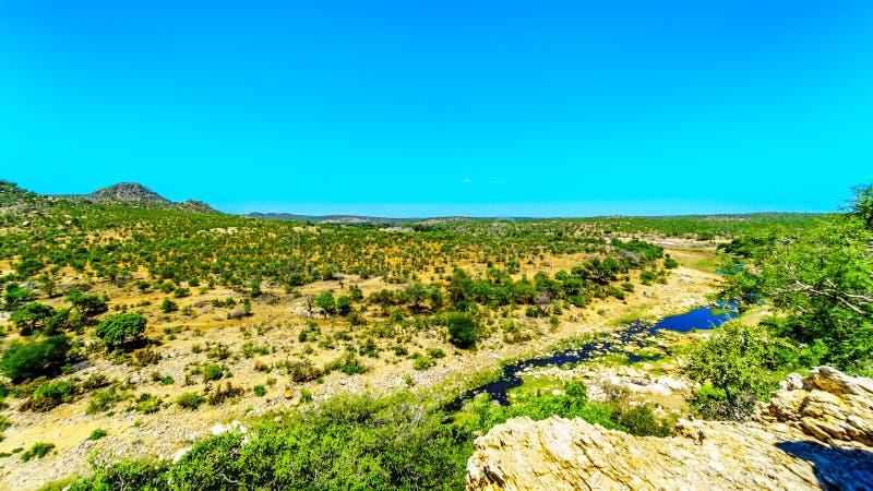 Vue aérienne du secteur entourant la rivière de GE-Selati où il joint la rivière d'Olifants en parc national de Kruger image libre de droits