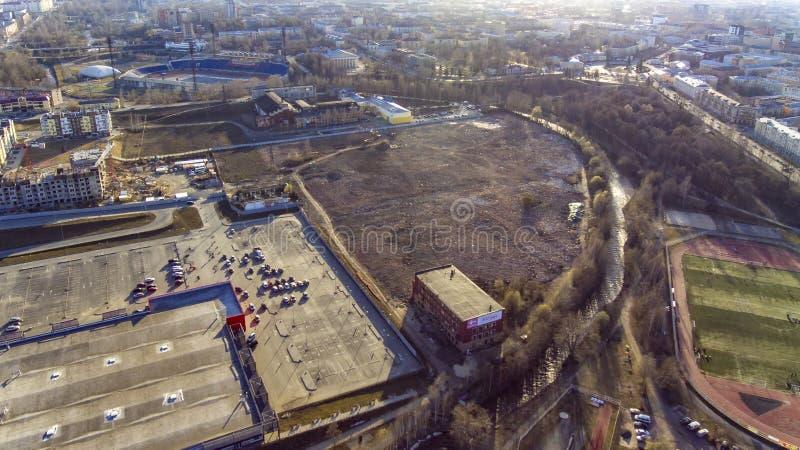 Vue aérienne du stationnement de terre en friche et d'hypermarché de ville où vieille usine énorme photo stock