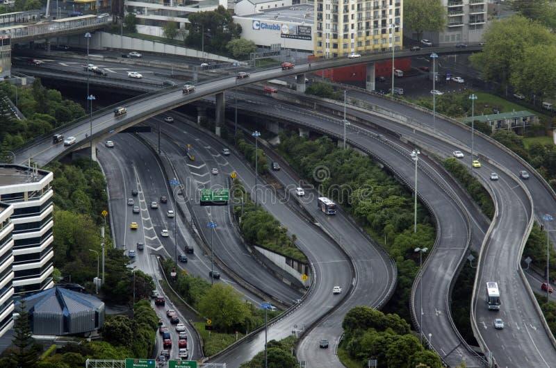Vue aérienne du trafic sur la route de centre urbain d'Auckland image stock