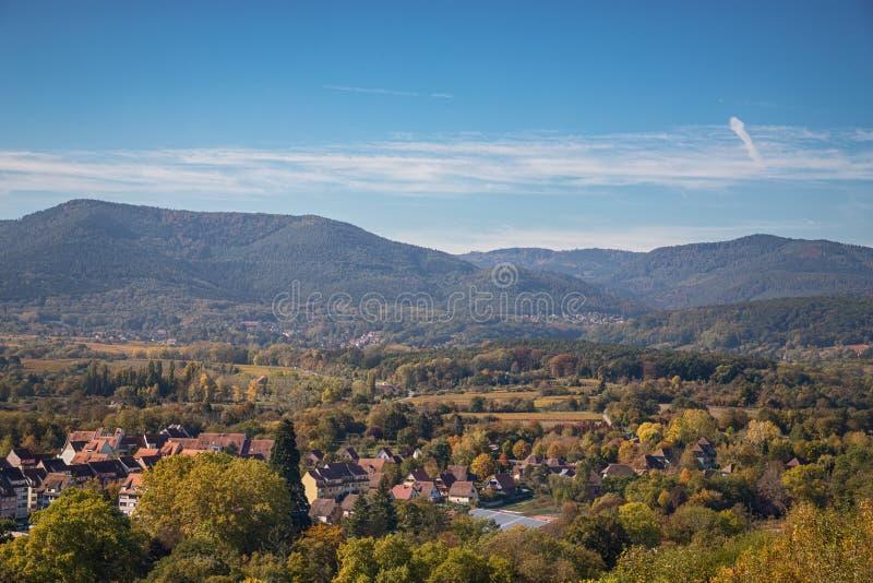 Vue aérienne du village d'Obernai, Alsace, France Beau temps d'automne photo stock