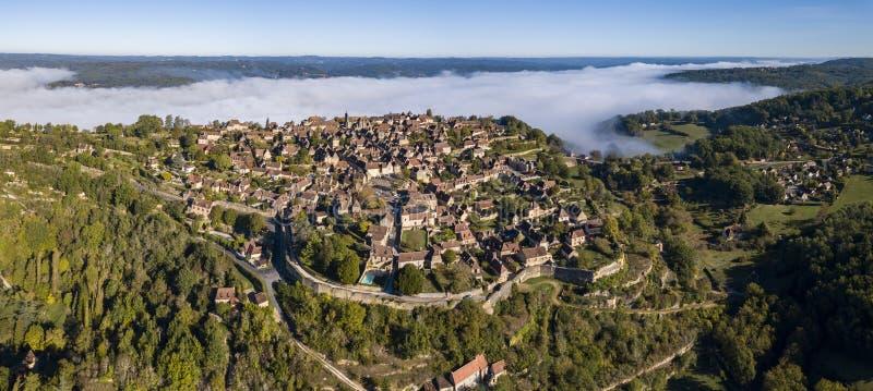 Vue aérienne du village de Domme dans le Dordogne image libre de droits
