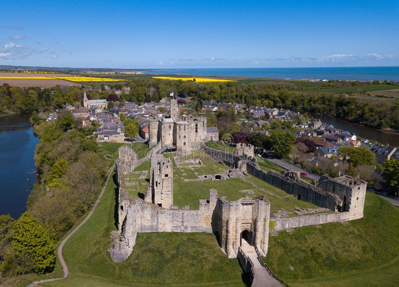 Vue aérienne et vue aérienne du château et du village de Warkworth, Northumberland Royaume-Uni images libres de droits