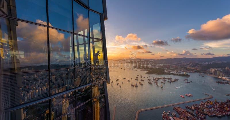 Vue aérienne Hong Kong icc du bâtiment avec le coucher du soleil photos stock