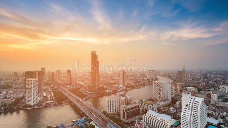 Vue aérienne incurvée par rivière de ville de Bangkok avec après le coucher du soleil image stock