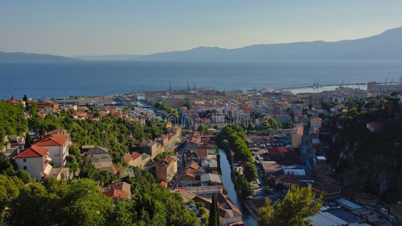Vue aérienne là-dessus Rijeka et port et montagnes du ` s à l'arrière-plan photo libre de droits