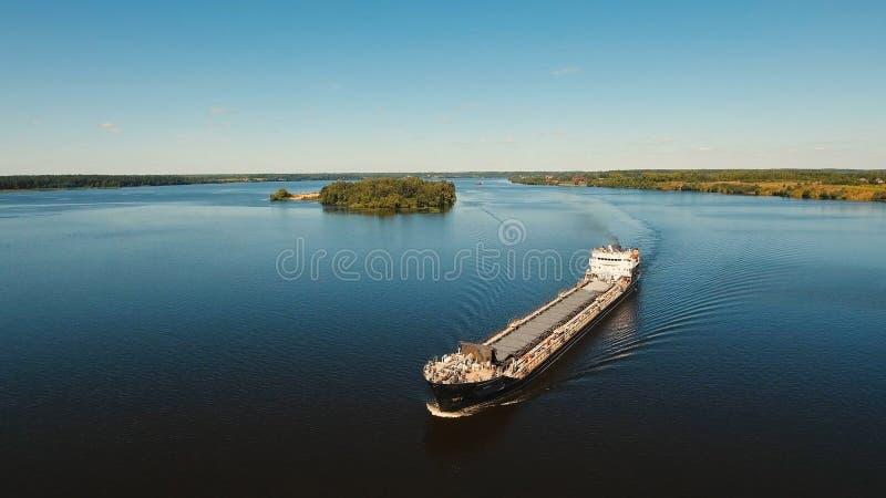 Vue aérienne : Péniche sur la rivière image libre de droits