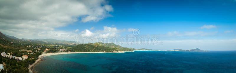 Vue aérienne panoramique à la plage sablonneuse de la mer Méditerranée avec des collines et des montagnes au fond La Sardaigne, I images stock