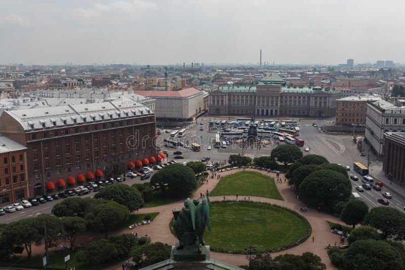 Vue aérienne panoramique au-dessus de St Petersburg, Russie, de la colonnade de la cathédrale de St Isaac photographie stock