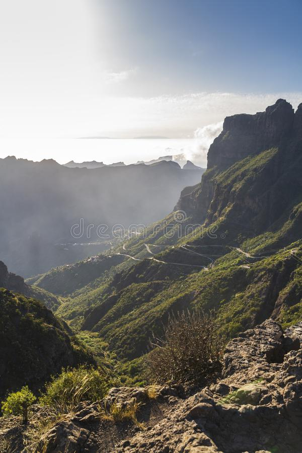 Vue aérienne panoramique au-dessus de village de Masca, l'attraction touristique la plus visitée de Ténérife image libre de droits