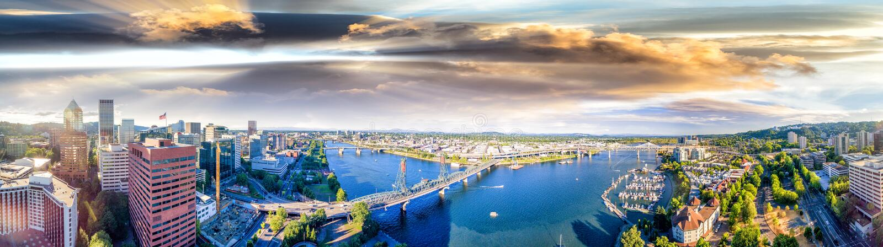 Vue aérienne panoramique d'horizon de Portland et de rivière de Willamette photographie stock libre de droits