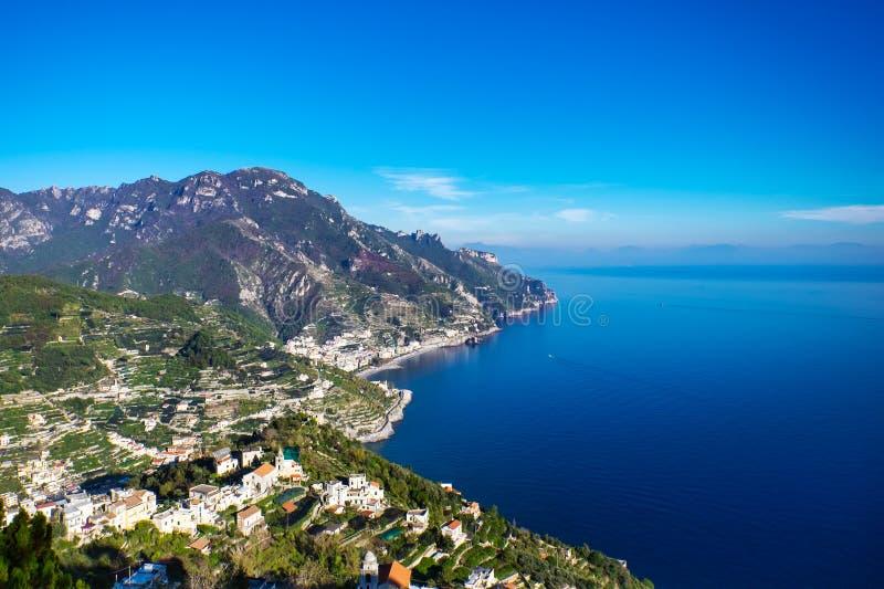 Vue aérienne panoramique de Maiori, la côte d'Amalfi en Italie image libre de droits