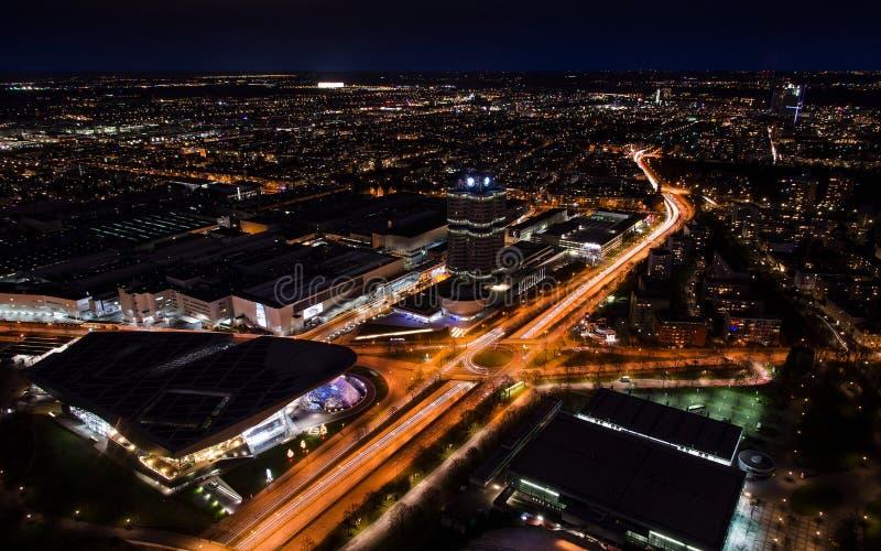 Vue aérienne panoramique de paysage urbain de nuit de Munich avec les lumières lumineuses photo stock