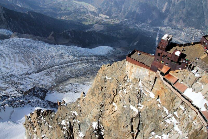 Vue aérienne panoramique de vallée de Chamonix de crête de montagne d'Aiguille du Midi photographie stock libre de droits