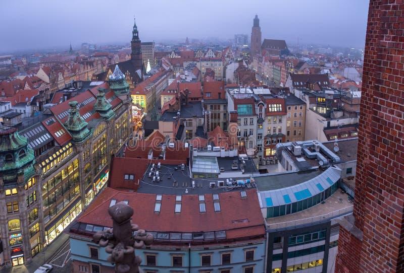 Vue aérienne panoramique sur la vieille ville de Wroclaw à la soirée froide d'hiver poland image stock