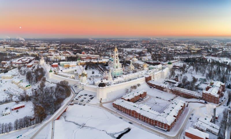 Vue aérienne panoramique sur St Sergy Monastery de trinité à l'hiver images libres de droits