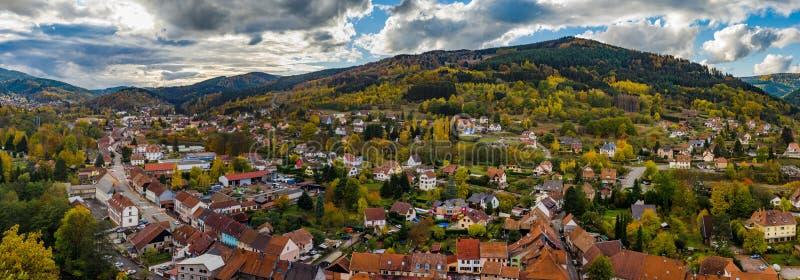 Vue aérienne panorammic automnale de ville Schirmeck en Alsace images libres de droits