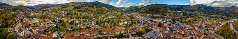 Vue aérienne panorammic automnale de ville Schirmeck en Alsace photos libres de droits