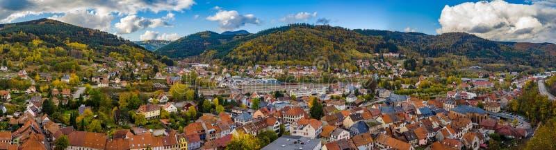 Vue aérienne panorammic automnale de ville Schirmeck en Alsace photo stock