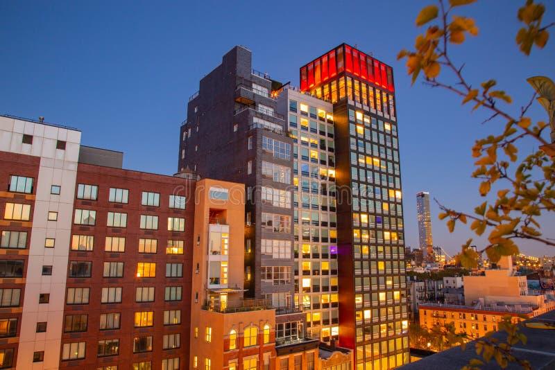 Vue aérienne Quartier de NYC avec belle hôtel heure bleue la nuit images stock