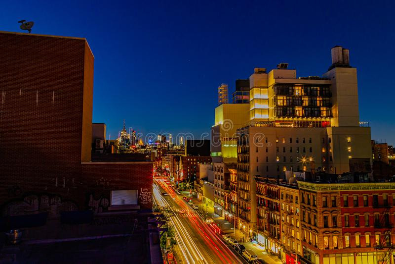 Vue aérienne Scène nocturne Bowery Street New York City avec feux de voiture pistes images stock