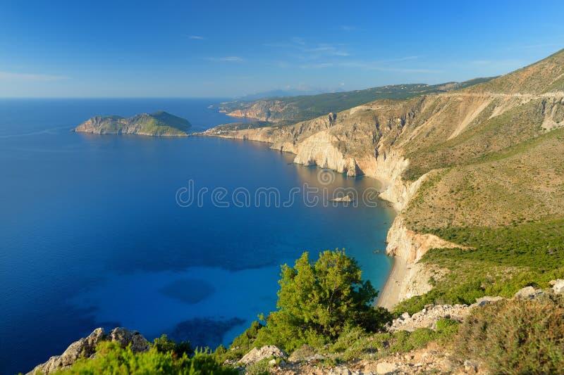 Vue aérienne scénique du littoral déchiqueté pittoresque de Kefalonia avec de l'eau clairs turquoise, entouré par les falaises ra image stock